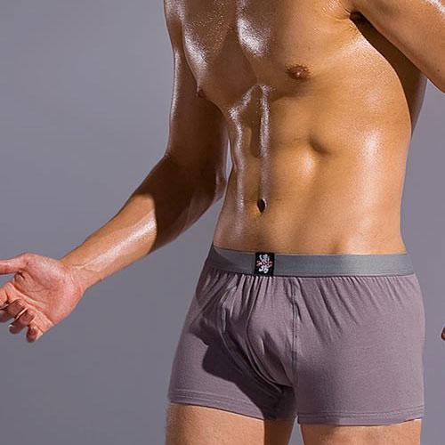 "<span class='box1'> <BR>根據亞洲人體設計,普腰設置,采用立體裁剪,貼身舒適,無論何種角度均可體現雄厚觀感,更加適合搭配各類秋冬時裝;腳口內包卷邊處理,搭配灰色寬邊橡筋,整體風格統一,勻稱自如。 <BR><BR>材質:95%棉+5%氨綸 <BR>尺寸請參考圖示(有非常詳細的說明喔!) <BR><BR>品牌理念 <BR>feel free ! <BR>【CUMO】內衣專注於崇尚自由、追求個性的時尚男士,源引歐陸風尚,在力盡貼身舒適的同時,大膽採用國際流行的無規則印花、塗鴉圖案、網紗等創新設計,將瞬息萬變的時尚元素與設計師天馬行空般的狂想融和其中,並注重細節處理,將男士內衣提升為""貼身時裝"",看似放蕩不羈,實則處處體現了對生活真諦的探索。 <BR><BR>【CUMO】內衣秉承了該品牌所體現的時尚風格,更通過面料、款式、色彩的細節搭配,滿足肌膚對舒適度、透氣性、塑形感和美觀度的綜合要求,完美闡述了""feel free"" 的品牌理念。它的每款設計猶如一組組青春怒放的火焰,穿越璀璨的星河,盡情演繹著夢幻般的時尚傳奇。<br />                 <br />            &nbsp;                     </span>:&nbsp;【CUMO】灰色舒適四角褲(M)"